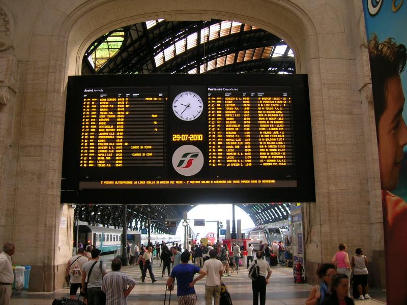 Struttura di sostegno dei pannelli informativi della Stazione di Milano