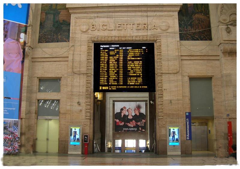 Struttura di sostegno per tabelloni informativi nella Stazione di Milano